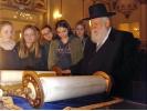 Rabbiner Ehrenberg liest aus der Tora