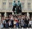 Die Gruppe auf dem Theaterplatz vor dem Goethe-Haus